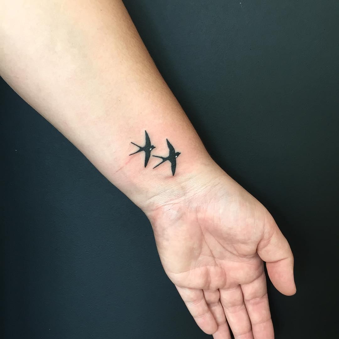 某鲜花店老板司先生手腕燕子纹身图案图片