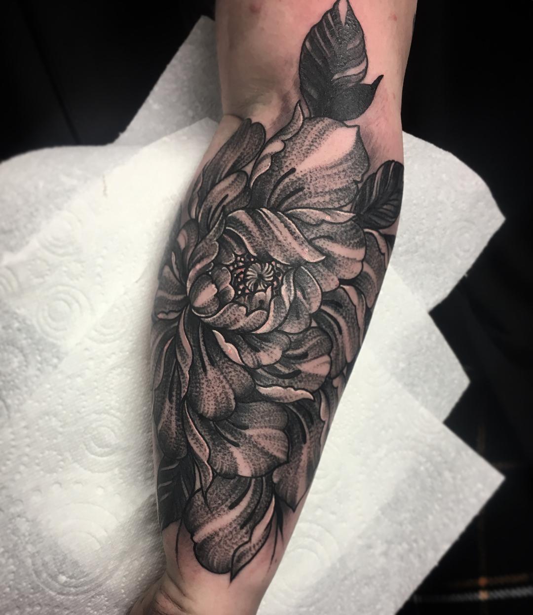 小臂黑灰牡丹纹身图案