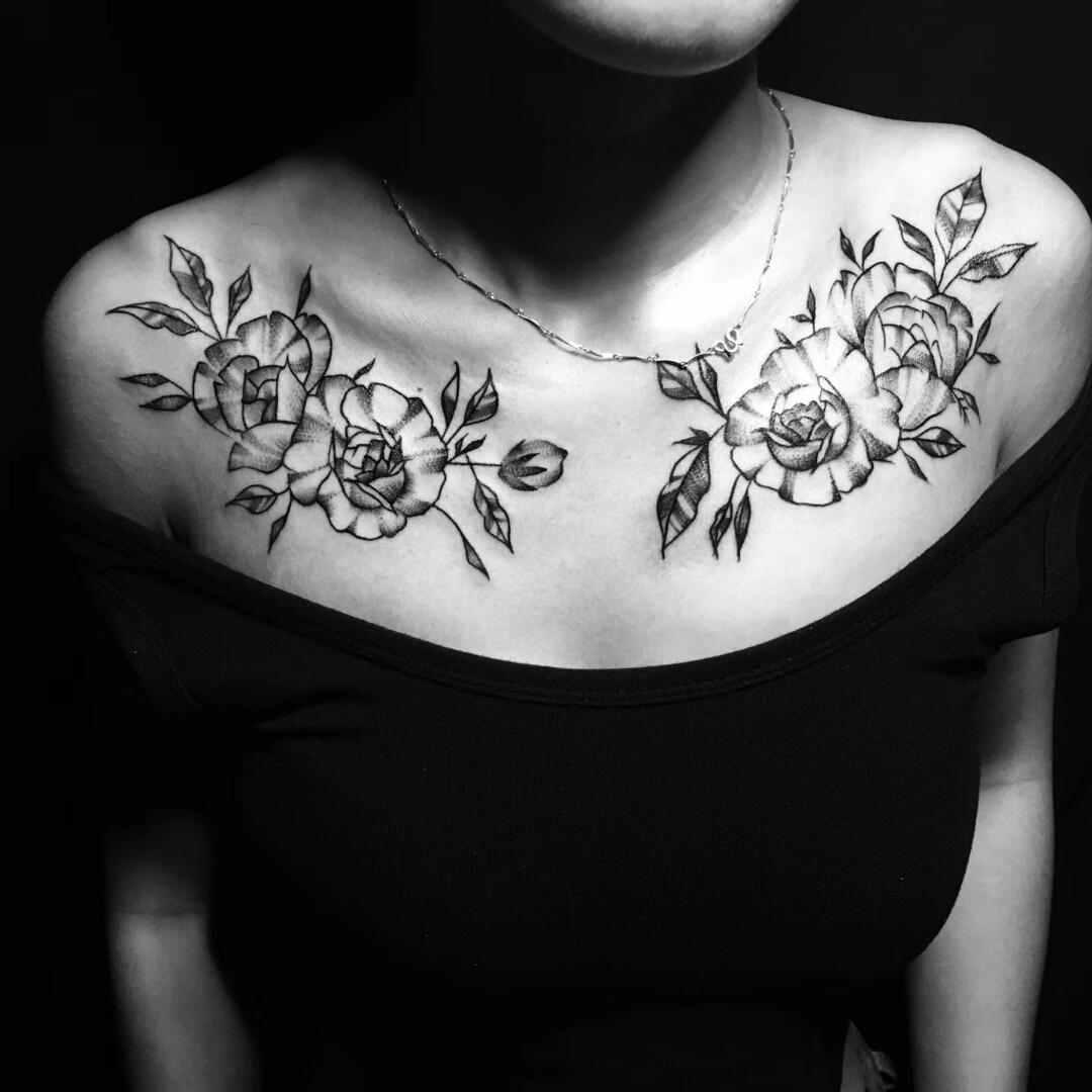 杨小姐锁骨处的玫瑰花纹身